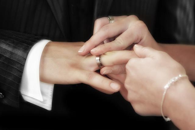 An Welchem Finger Der Partner Verlobungs Oder Ehering Getragen Wird